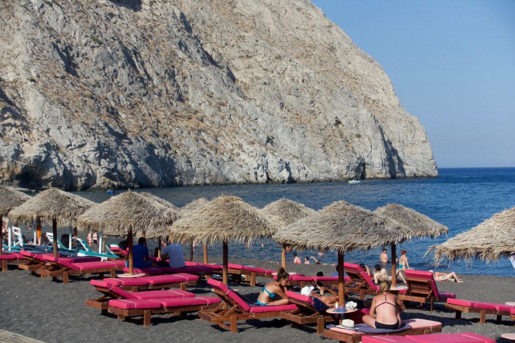 La spiaggia di Perissa con la tipica sabbia nera